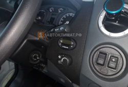 Реле регулятор температуры помещен справа от водителя на торпеде
